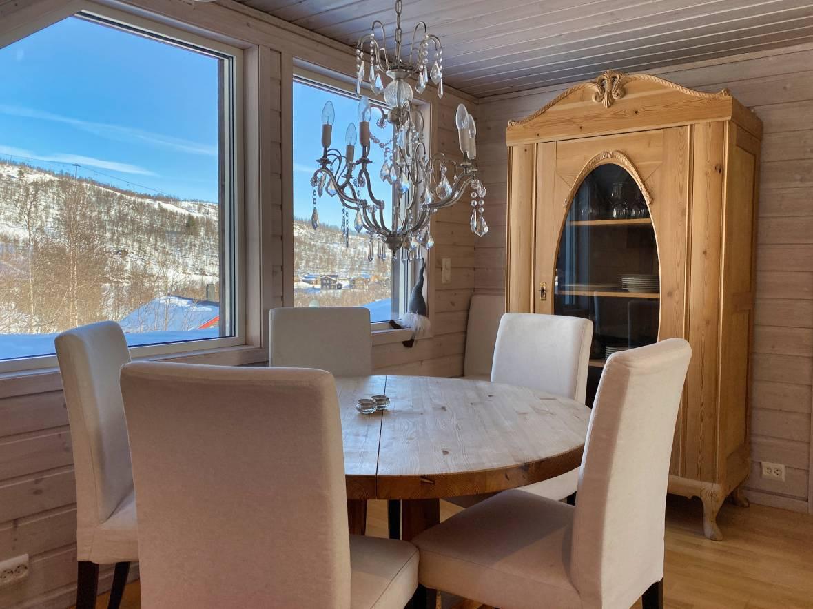 Kjøkken med utsikt mot alpinanlegget.